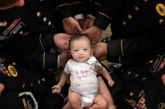 Bức ảnh bé gái được hàng chục người lính nâng đỡ và câu chuyện phía sau khiến mọi người rớt nước mắt-1