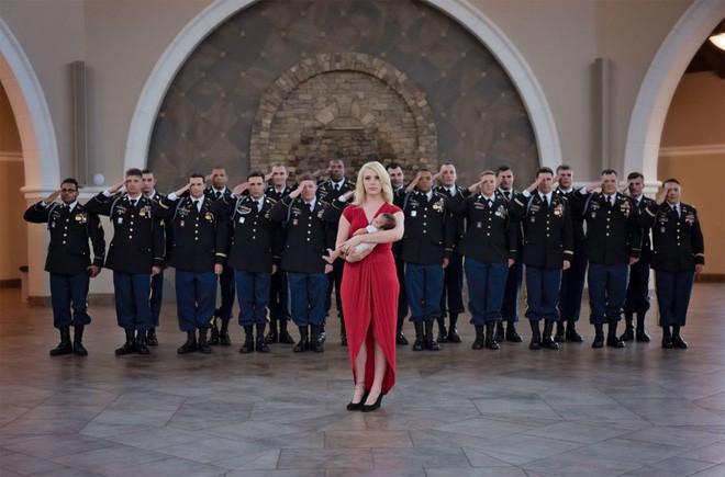 Bức ảnh bé gái được hàng chục người lính nâng đỡ và câu chuyện phía sau khiến mọi người rớt nước mắt-5