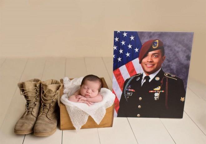 Bức ảnh bé gái được hàng chục người lính nâng đỡ và câu chuyện phía sau khiến mọi người rớt nước mắt-7