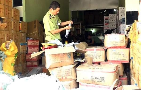 Phát hiện 1 tấn nguyên liệu pha chế trà sữa không rõ nguồn gốc tại Hà Nội-3