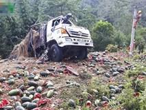 Lật xe tải chở hơn 1,5 tấn dưa hấu trên đèo Tà Cơn