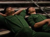 Quốc Cơ, Quốc Nghiệp nằm nghỉ ở cầu thang trong hậu trường Got Talent