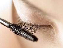 Người phụ nữ kinh hãi khi thấy thứ này trong mắt do thói quen xấu lúc dùng mascara 25 năm