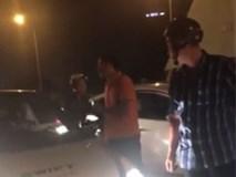 Tài xế ô tô suýt đâm vào 2 con nhỏ, cư xử của người cha khiến dân mạng