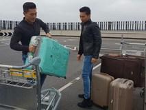 Hình ảnh Quốc Cơ - Quốc Nghiệp làm thủ tục rời nước Anh về nhà với vợ con