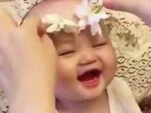 Tan chảy với vẻ đáng yêu của bé được mẹ vuốt ve bằng bông hoa