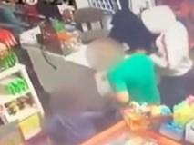 Bố bị bắt làm con tin, bé trai 6 tuổi xông vào cứu bố khỏi tên cướp có súng
