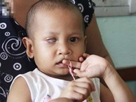 Bé gái 3 tuổi bị ung thư mắt, bố mẹ chở phân bò dành dụm từng đồng tìm lại ánh sáng cho con trong vô vọng