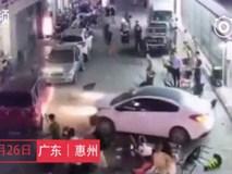 Ô tô bất ngờ lao vào đám đông khiến nhiều người bị thương