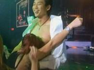 Xôn xao clip nam ca sĩ Đan Nguyên hồn nhiên để fan nữ cởi áo hôn lên ngực