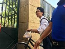 Dân mạng nhiệt tình chia sẻ hình ảnh nam sinh tự đạp xe đến trường thi với chiếc bánh mỳ mua vội treo trên ghi-đông chưa kịp ăn
