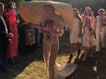 Cô dâu hot nhất hôm nay: mặc váy xuyên thấu lộ nội y tím, đội mũ to như thể đang