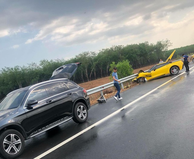 Siêu xe gặp tai nạn kinh hoàng: hành động của chủ xe khiến nhiều người phải bất ngờ-6