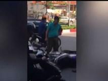 Va chạm giao thông, tài xế taxi hùng hổ đạp đổ xe máy, mặc kệ lý lẽ