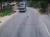 Người lớn bất cẩn để em bé chạy ra đường quốc lộ