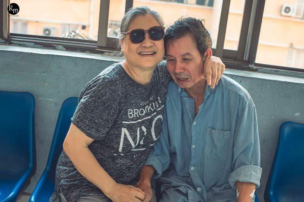 Bộ ảnh chồng nằm thở bình oxy vẫn cố chăm sóc người vợ mù hàng ngày ở bên động viên khiến nhiều người cay mắt-1