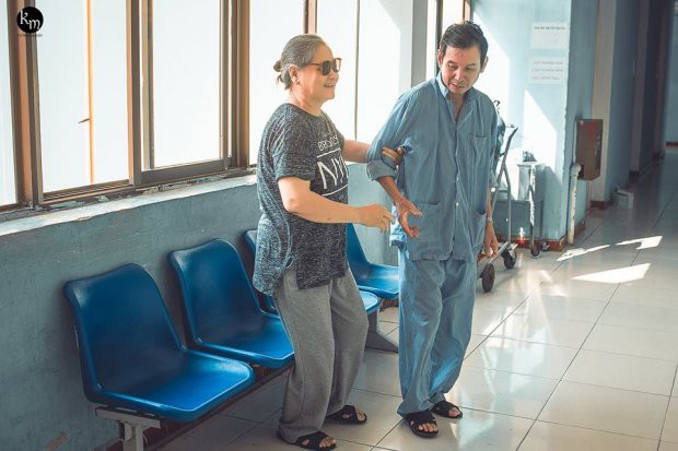 Bộ ảnh chồng nằm thở bình oxy vẫn cố chăm sóc người vợ mù hàng ngày ở bên động viên khiến nhiều người cay mắt-2