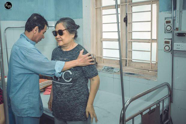 Bộ ảnh chồng nằm thở bình oxy vẫn cố chăm sóc người vợ mù hàng ngày ở bên động viên khiến nhiều người cay mắt-3