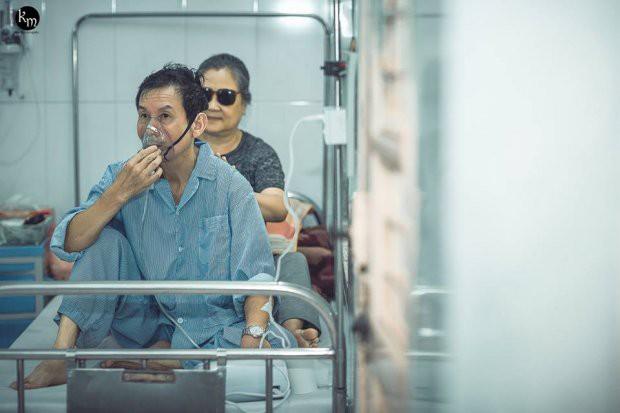 Bộ ảnh chồng nằm thở bình oxy vẫn cố chăm sóc người vợ mù hàng ngày ở bên động viên khiến nhiều người cay mắt-4