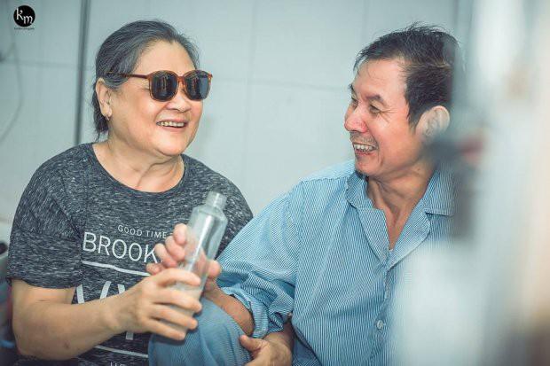 Bộ ảnh chồng nằm thở bình oxy vẫn cố chăm sóc người vợ mù hàng ngày ở bên động viên khiến nhiều người cay mắt-6