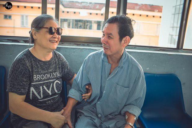 Bộ ảnh chồng nằm thở bình oxy vẫn cố chăm sóc người vợ mù hàng ngày ở bên động viên khiến nhiều người cay mắt-7