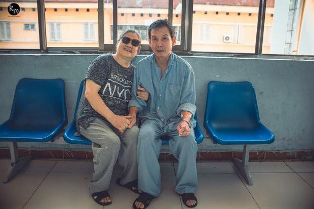 Bộ ảnh chồng nằm thở bình oxy vẫn cố chăm sóc người vợ mù hàng ngày ở bên động viên khiến nhiều người cay mắt-8