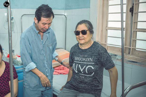 Bộ ảnh chồng nằm thở bình oxy vẫn cố chăm sóc người vợ mù hàng ngày ở bên động viên khiến nhiều người cay mắt-10