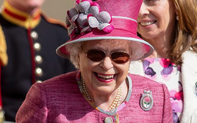 Ai cũng thắc mắc tại sao gần đây Nữ hoàng Anh liên tục đeo kính râm, thì ra là vì lý do này đây-4