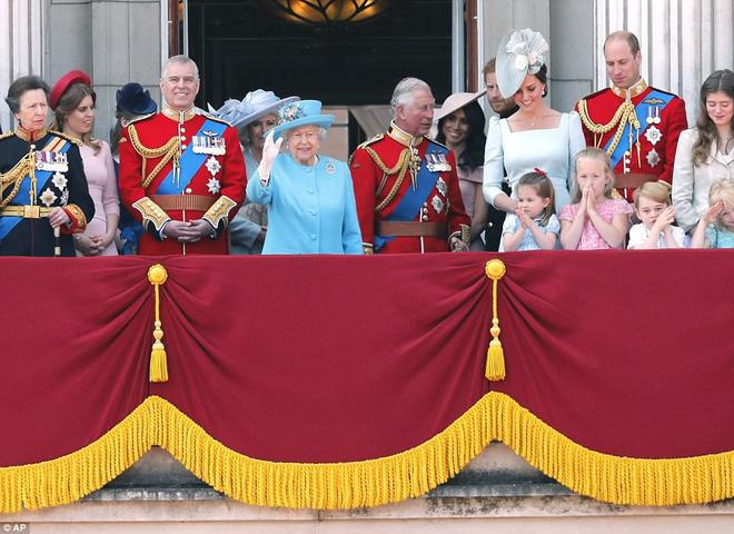 Ai cũng thắc mắc tại sao gần đây Nữ hoàng Anh liên tục đeo kính râm, thì ra là vì lý do này đây-6