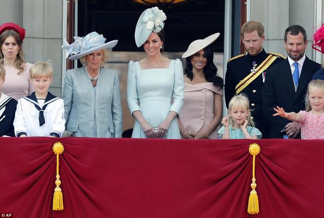 Ai cũng thắc mắc tại sao gần đây Nữ hoàng Anh liên tục đeo kính râm, thì ra là vì lý do này đây-1