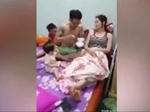 Ông chồng đảm nhất năm: Một tay hai bát cháo vừa chăm vợ vừa chăm con