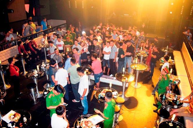 Đột kích quán bar, phát hiện trăm khách xem 3 vũ công mặc sexy múa cột-2