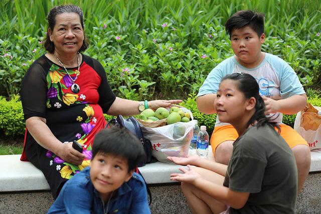 Chuyện lạ Hà Thành: Dân phố kéo ra vỉa hè mở hội hái xoài-3