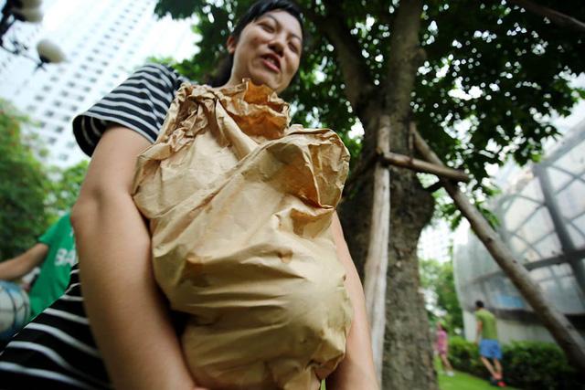 Chuyện lạ Hà Thành: Dân phố kéo ra vỉa hè mở hội hái xoài-8