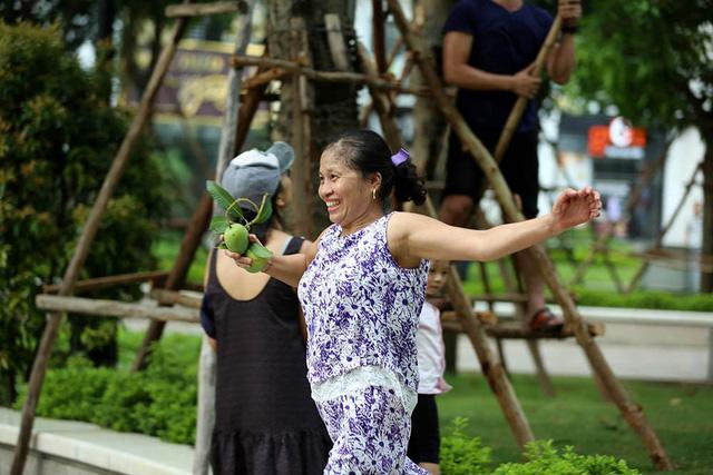 Chuyện lạ Hà Thành: Dân phố kéo ra vỉa hè mở hội hái xoài-12