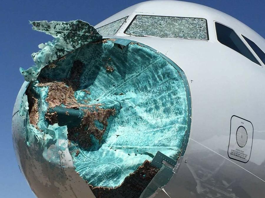Hành trình khiếp sợ máy bay lao vào tâm bão-1