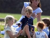 Bức ảnh vui chơi của Hoàng tử George bỗng bị lên án dữ dội chỉ vì một chi tiết nhỏ này