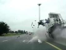 Tài xế bay khỏi cabin xe tải trong tai nạn thảm khốc