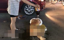 Cô gái bị đánh ghen lột đồ, dội nước mắm giữa phố