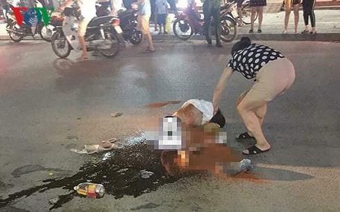 Vụ cô gái bị lột đồ, đổ mắm ớt giữa đường: Công an khẳng định là vụ đánh ghen-1