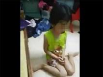 Bé gái bị mẹ đánh chảy máu mũi rồi live stream: Cô giáo cho hay bé rất ít nói