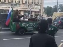Người Nga dắt GẤU ra đường thổi kèn tò tí te ăn mừng đội nhà thắng trận khai mạc World Cup