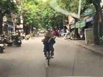 Clip: Người phụ nữ tròng thang vào cổ, vô tư đạp xe như