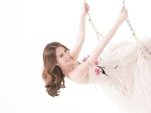 Ngọc Trinh hóa công chúa yêu kiều, gợi cảm với đầm xẻ chữ V
