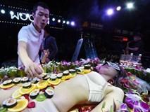 Vén màn thú vui ăn tiệc trên cơ thể người mẫu khỏa thân