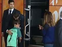 Lao ra khỏi chiếc xe buýt, Ronaldo thực hiện một cử chỉ làm