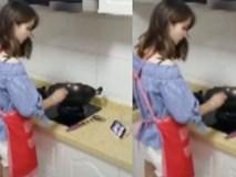 Chết cười cô gái vừa xem phim vừa nấu ăn