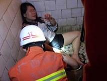 Cô gái say rượu thụt chân trong nhà vệ sinh, lính cứu hỏa phải tới phá toa-lét mới lôi được nàng ra