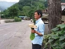 Trung Quốc: Phát hiện người đàn ông giống hệt CEO Jack Ma rao bán nấm rừng ở ven đường