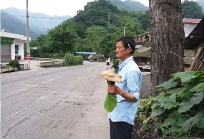 Trung Quốc: Phát hiện người đàn ông giống hệt CEO Jack Ma rao bán nấm rừng ở ven đường-2